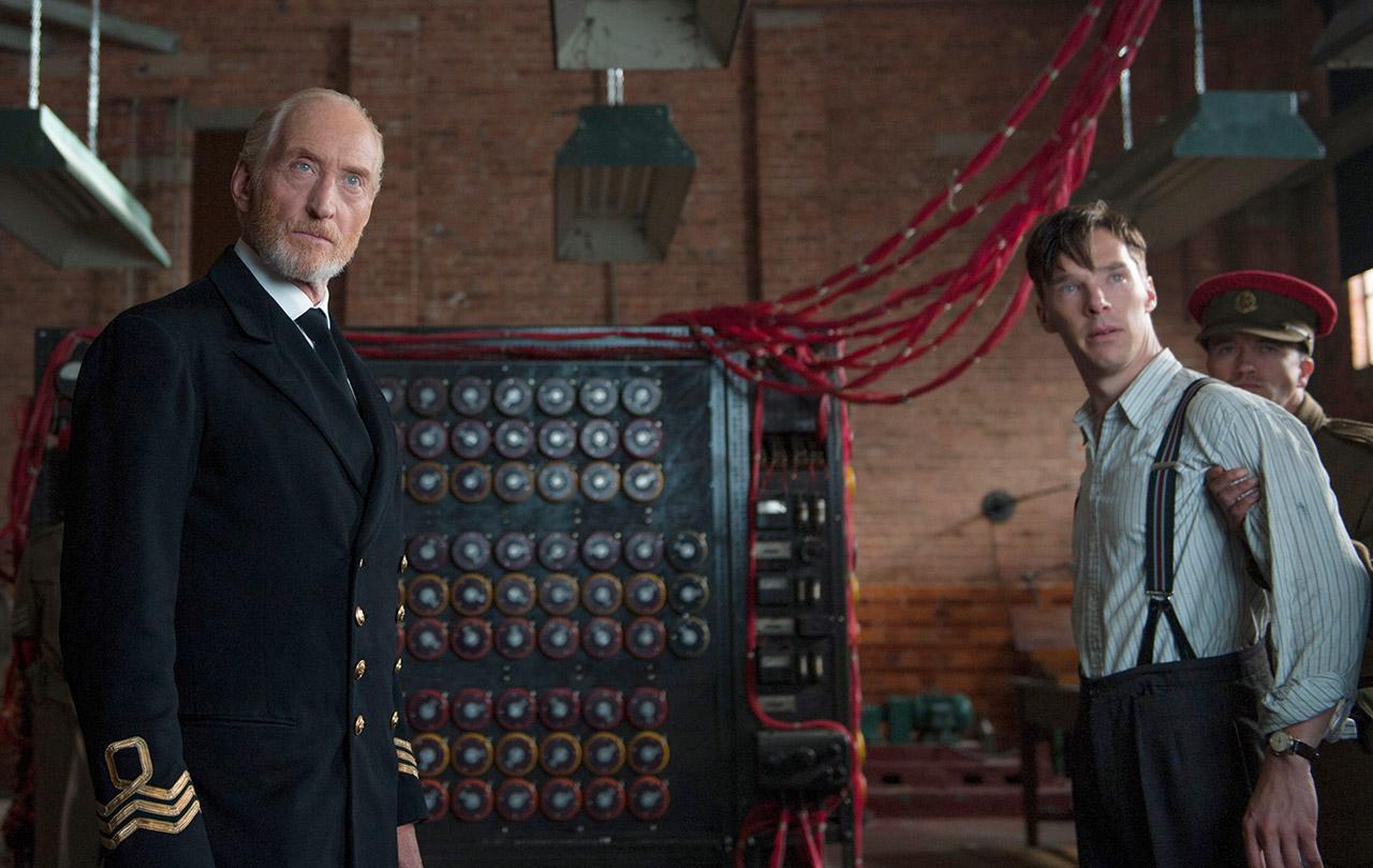 """""""Enigma is unbreakable"""" Charles Dance (gauche) interprétant le commandant Denniston / Benedict Cumberbatch (droite) interprétant Alan Turing. Image droits réservés."""