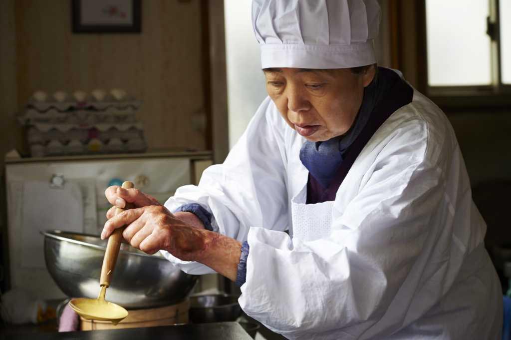 Tokue (Kirin Kiki) à la préparation du doryakis - Image droits réservés - hautetcourt.com
