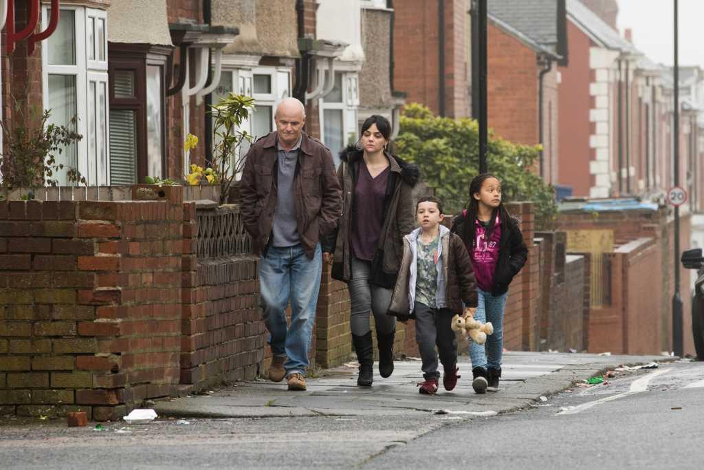 Daniel avec Katie et ses enfants - Image droits réservés - © Le Pacte